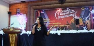 Praktisi kepenyiaran, Riri Novita saat memberikan materi dalam training public speaking di UMK/Foto Rosidi/Humas UMK