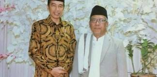 Dokumentator Perjalanan NU, KH Abdul Aziz Masyhuri bersama Presiden RI Joko Widodo. Foto Istimewa
