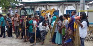 Masyarakat kerja bakti bersih-bersih lingkungan. Foto: Dok. Humas KKP