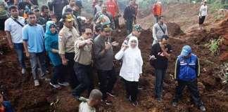 Mensos R, Khofifah Mengunjungi Lokasi Bencana Tanah Longsor Ponorogo/Foto Nurcholis/Nusantaranews