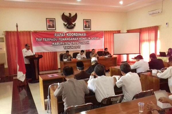 Rapat koordinasi Tim Terpadu Penanganan Konflik Sosial Kabupaten Trenggalek. Foto dim06