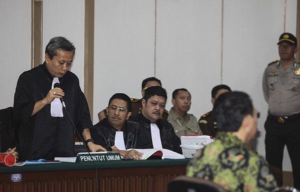 Ketua Tim JPU persidangan kasus dugaan penistaan agama dengan terdakwa Basuki Tjahaja Purnama, Ali Mukartono (kiri) membacakan tuntutan pada sidang lanjutan tersebut di Pengadilan Negeri Jakarta Utara, Auditorium Kementerian Pertani. Foto: Dok. Republika