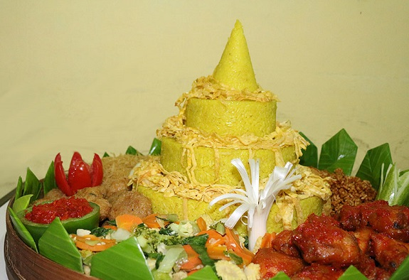 Nasi Tumpeng khas Malang. Foto: Dok. omahsehatcatering.com