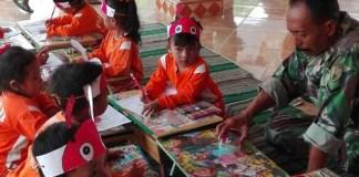 Babinsa koramil 0808/17 Bakung Serda Mahdi bersama anak-anak PAUD. Foto Istimewa