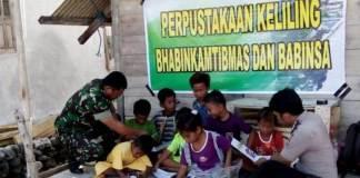 Kopka Sutardi bersama Bhabinkantibmas sedang mengajari anak-anak membaca/Foto Dok. Dispenad/Nusantaranews