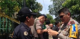 Pihak Kepolisian Tampak Mengevakuasi Teror Mapolda Sumut/Ilustrasi/Foto via Detik/Nusantaranews