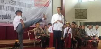 Saat Jokowi menyerahkan hadiah kepada Anak panti/Foto Humas Kepresidenan