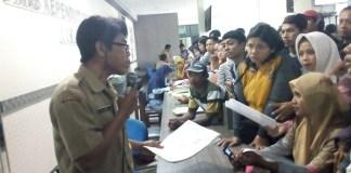 Pihak Dukcapil Bojonegoro jelaskan ke warga/Foto Romandhon/Nusantaranews