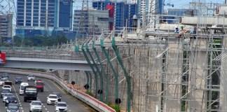 Kondisi pembangunan Proyek Light Rail Transit (LRT) di samping jalan Tol Jagorawi di kawasan Cililitan, Jakarta Timur, Minggu (8/1). Foto: ANTARAFOTO/Yulius Satria Wijaya