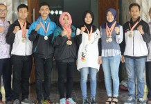 Atlet Tae Kwon Do UMK foro bersama Wakil Rektor III Rochmad Winarso ST. MT. dan pembina UKM Olahraga Ery Budi Kuryanto sembari memperlihatkan medali yang diraihnya. Foto: Humas UMK/ NusantaraNews.co
