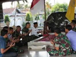 Danrem 081/Dsj Madiun serombongan ziarah di makam Bung Karno, Blitar, Rabu (16/08/17). Foto Amrin08