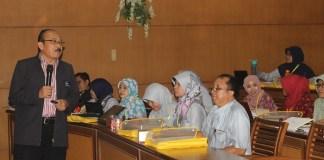 Salah satu narasumber, Prof. Dr. Sunandar M.Pd., menyampaikan materi dalam pelatihan AA-01. Foto Rosidi.