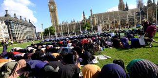 Umat Islam di London Menjalankan Shalat Jum'at/Foto via ugc.kn3/Nusantaranews