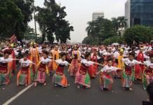 Keriaan aksi pembuka rangkaian Indonesia Is Me yaitu Flashmob 2000 orang menari bersama berbagai tarian tradisional dalam Tunjukkan Indonesiamu, Minggu (13/8/2017). Foto: Dok Synthesis Development/ NusantaraNews.co
