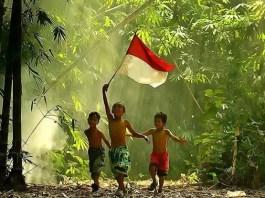 Ilustrasi bocah kibarkan bendera merah putih. Foto Mui Sahabat Kamera