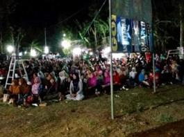Lebih dari 300 warga mengikuti pergelaran nonton bareng pemutaran film pengkhianatan G30S/PKI di Desa Turi, Kecamatan Jenis, Ponorogo. Hadir pula asdim 0802/Ponorogo, Mayor Inf M. Yusup bersama Danramil 0802/16 Jetis Kapten Inf Supriyadi bersama warga. (Foto: Dok/Istimewa)