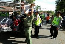 Aparat kepolisian dari Polres Ponorogo mengevakuasi seorang warga korban jatuh dari pohon Mahoni dan meninggal dunia. (Foto: Muh Nurcholis/NusantaraNews)