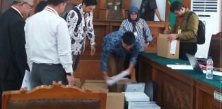 Kardus-kardus erisi alat bukti keterlibatan Setnov dalam skandal korups. (Foto Restu Fadilah/Nusantaranews)