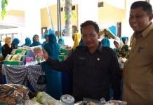 Kepala Dinas Koperasi dan Usaha Mikro saat meninjau stand bazar TP PKK Kecamatan Rubaru. Foto Mahdi/Nusantaranews)