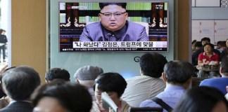 Orang-orang menonton sebuah layar TV yang menunjukkan pemimpin Korea Utara Kim Jong Un menyampaikan pernyataannya sebagai tanggapan atas pidato Donald Trump di Majelis Umum PBB di new York. (Associated Press Photo)