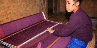 Seorang dari suku Badui tengah menenun Kain/Foto via Indonesiakaya/Nusantaranews