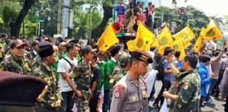 PMII, Banser, Ansor demo menolak seminar Sejarah 65 di LBH Jakarta, Sabtu (16/9/2017). Foto: DOKUMENTASI FORUM 65