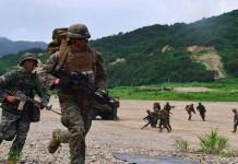 Marinir Amerika Serikat dan Korea Selatan mensimulasikan penyerangan ke kawasan musuh dalam latihan perang antar kedua negara. (Foto: AFP/Jung Yeon-Je)