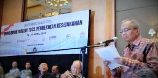 Taufiq Ismail baca puisi di acara Simposium Nasional Membedah Tragedi 1965 di Hotel Aryaduta, Jakarta Pusat, Selasa (19/4/2016) lalu. Foto: Dok. Pikiran Rakyat