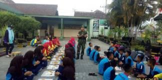 Danramil Kutorejo, Kapten Inf Desto Jumeno memberikan pembekalan kepada 65 anggota Saka Wira Kartika, Gerakan Pramuka penggalang Brama Wijaya Gudep 08.111-082.112 Pangkalan UPT SMP Negeri 3 Kutorejo. (Foto: Istimewa)