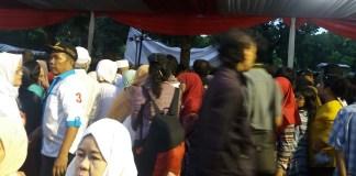 Selametan Anies-Sandi, Warga Ibu Kota Berebut Makanan. Foto Restu Fadilah/ NusantaraNews