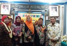 Bupati Sumenep beserta istri berkunjung ke stand pameran Kecamatan Pragaan. Foto Mahdi/ NusantaraNews