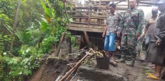 Koramil 0818/17 untuk penanganan bencana tanah longsor di wilayah Ampel Gading, Malang. (Foto: Dok. Penrem)