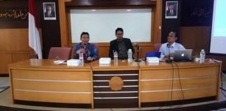 "Wakil Rektor III Bidang Kemahasiswaan UIN Sunan Kalijaga Dr. H. Waryono. M.Ag., (kiri) bersama pemateri Menulis Opini M. Syarif Hidayatullah (tengah) dan pemateri Menulis Populer Raja Napitupulu (kanan), menyampaikan sambutan dalam acara Pelatihan Menulis Populer dan Opini bertema ""Menulis itu Mudah"", di Kampus UIN Sunan Kalijaga, Yogyakarta, Jumat (13/10/2017). Wakil Rektor III UIN Sunan Kalijaga mengapresiasi dan mendukung kegiatan menulis populer yang berbasis data ilmiah kepada masyarakat luas, sebagai upaya meminimalisasi penyebaran gerakan radikalisme dan hoax di kalangan akademisi Indonesia. (Foto: Istimewa)"