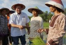 Ketua Umum Kadin Jatim, La Nyalla Mahmud Mattalitti bersama petani. Foto Tri Wahyudi/ NusantaraNews