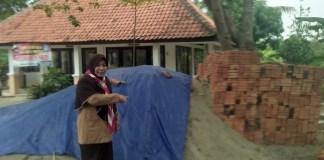 Kepsek Hayati menunjukkan bahan bangunan untuk renovasi gedung sekolah yang dikepalainya. Foto Fuljo/Kris/ NusantaraNews