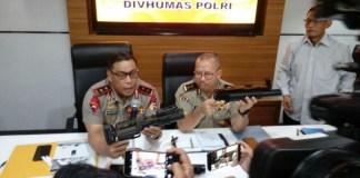 Irjen Setyo Wasisto dan Irjen Murad Ismail (Foto Andylala Waluyo/VOA)