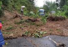 Longsoran tanah di di perempatan Mbaran RT. 04/04 Dsn. Mbarak Ds. Cokrokembang Kec. Ngadirejo Kab. Pacitan. Foto Dim01