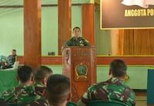 Komandan Korem 081/DSJ yang diwakili Kasi Pers Korem 081 DSJ Letkol Caj Rachmad Koesoemo W memberikan pengarahan kepada Bintara dan Tamtama anggota yang baru masuk satuan Korem 081/DSJ. Foto pen81/NusantaraNews