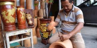 Serda Yuli Purwanto anggota Kodim 0808/Blitar saat mengerjakan kerajinan vas. (Foto: Amrin/Dok.Kodim Blitar)