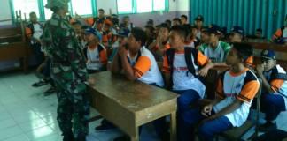 anggota Koramil 0808/17 Bakung Serda Sutrisno memberikan wawasan kebangsaan dengan materi Pancasila kepada siswa-siswi SMPN 1 Bakung, Blitar pada Jumat (20/10). (Foto: Amrin/NusantaraNews)