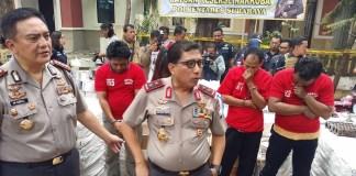 Satuan Reserse Narkoba (Satreskoba) Polrestabes Surabaya, mengungkap kasus home industri pengepakan obat keras berbahaya (OKB) sejenis pil Charnopen. Foto Tri Wahyudi/ NusantaraNews