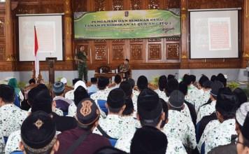 Kepala Staf Kodim (Kasdim) 0811/Tuban, Mayor Inf Suko Edi Winarton menyampaikan wawasan kebangsaan di hadapan 500 santri di Tuban. Foto: Dok. Penrem
