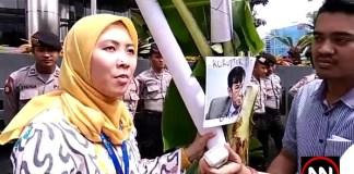 Almud serahkan Pohon Pisang ke KPK. Foto Crop: NusantaraNews