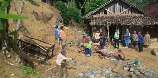 Bencana Alam Longsor Terjang Rumah Warga Ponorogo. Foto Muh Nurcholis/ NusantaraNews