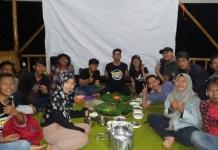 Suasana keakraban keluarga BCCF saat acara makan malam bersama di Waduk Penjalin. Foto BCCF