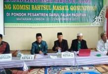Pimpinan Sidang Komisi Bahtsul Masa'il Qonuniyyah atau Perundang-undangan Zaini Rahman (Dua dari Kanan) sedang memimpin sidang komisi di Pesantren Darul Falah Mataram, Jum'at (24/11). Foto: Dok. Munas Alim Ulama 2017