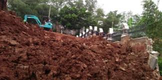 Alat berat masih dilokasi kejadian longsor di proyek Taman Baca di kawasan Ciganea Purwakarta. Foto: Fuljo/Kris/NusantaraNews