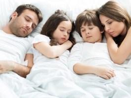 Ilustrasi: Orang tua dan anak-anaknya tidur nyenyak. Foto: PIKSEL, Getty Images/iStockphoto