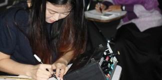 Pembelajaran Bahasa Korea dengan membuat lukisas khas ala Korea. Foto:. Dok. Humas UMK/Rosidi