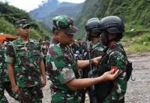 Upacara Kenaikan Pangkat Oleh Panglima Gatot Nurmantyo pada Prajurit TNI yang Berhasil Membebaskan Warga Papua (Foto Istimewa/Nusantaranews)